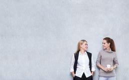 Zufällige junge Geschäftsfrau, die zusammen in modernem sprechend steht Stockfoto