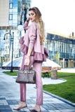 Zufällige Kleidung des Modestraßenartblickes für Geschäftsfrau Stockfotografie