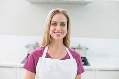 Zufällige lächelnde blonde schauende Kamera Stockfotografie