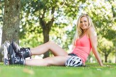 Zufällige lächelnde blonde tragende Rollenblätter Lizenzfreie Stockbilder