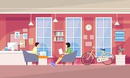 Zufällige Leute-Gruppe im modernen Büro Sit Chatting, Studenten-Universitätsgelände lizenzfreie abbildung
