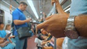 Zufällige Mannlesung vom Handy Smartphoneschirm während Blicke der Navigator, der auf Metro in der U-Bahn reist langsam stock video