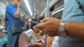 Zufällige Mannlesung von Handy Smartphone-Schirmwann schaut den Navigator, der auf Lebensstilmetro in reist stock footage