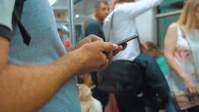 Zufällige Mannlesung von Handy Smartphone-Schirmwann schaut Lebensstil der Navigator, der auf Metro in reist stock video footage