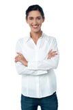 Zufällige modische Frau, die smilingly aufwirft Stockfoto