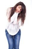 zufällige Stellung der jungen Frau stockfotografie