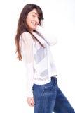 Zufällige Stellung der jungen Frau lizenzfreies stockfoto