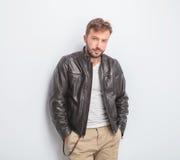 Zufällige tragende Lederjacke des jungen Mannes steht Lizenzfreie Stockfotografie