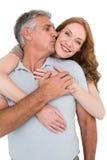 Zufällige umarmende und lächelnde Paare Stockfoto