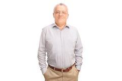 Zufälliger älterer aufwerfender und lächelnder Herr Lizenzfreie Stockfotos