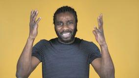 Zufälliger afrikanischer Mann, der den Ausfall und Probleme lokalisiert auf gelbem Hintergrund gestikuliert stock video