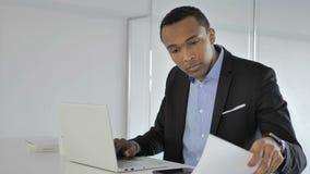 Zufälliger afroer-amerikanisch Geschäftsmann Coming Office für Arbeit stock footage