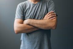 Zufälliger erwachsener Mann mit den Armen kreuzte, Körpersprache stockbilder