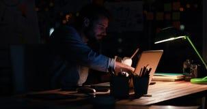 Zufälliger Geschäftsmann, der Nudeln nachts isst stock video