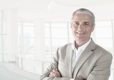 Zufälliger Geschäftsmann in einem modernen Büro mit seinen Armen gefaltet lizenzfreie stockbilder