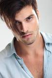 Zufälliger junger Mann auf grauem Hintergrund Lizenzfreie Stockbilder