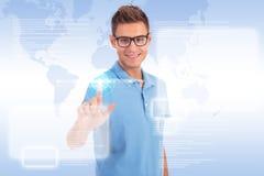 Zufälliger junger Mann, der mit Touch Screen arbeitet Lizenzfreies Stockbild
