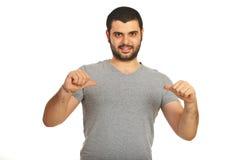 Zufälliger Mann, der auf sein leeres T-Shirt zeigt Lizenzfreie Stockbilder