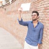 Zufälliger Mann, der ein selfie mit seinem Tablet-Computer nimmt Lizenzfreies Stockfoto