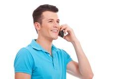 Zufälliger Mann, der am Handy spricht Stockbild