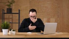 Zufälliger Mann, der im Büro erdrosselt stock video