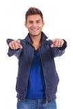 Zufälliger Mann in der Jacke seine Finger auf die Kamera zeigend Stockbild