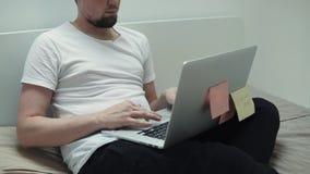 Zufälliger Mann mit dem Laptop Innen stock footage