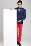 Zufälliger Modemann, der ein weißes leeres Brett darstellt Stockbilder
