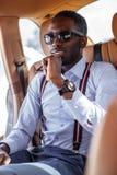 Zufälliger schwarzer Mann im Auto lizenzfreies stockbild