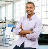 Zufälliger schwarzer Mann im modernen Büro Stockfotografie