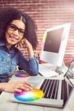 Zufälliger weiblicher Designer, der Laptop verwendet Stockbilder