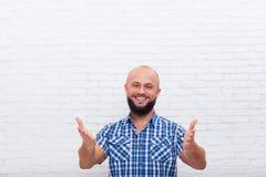 Zufälliges bärtiges Geschäftsmann-lächelndes Handzeichen an Ihnen Lizenzfreie Stockfotos