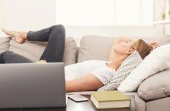 Zufälliges blondes Mädchen, das auf dem Sofa schläft Lizenzfreies Stockfoto