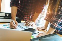 Zufälliges Geschäft fangen oben Team an, Geschäft zu besprechen lizenzfreie stockbilder