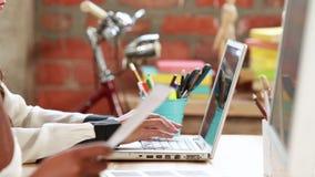 Zufälliges Geschäftsteam, das am Schreibtisch arbeitet stock video footage