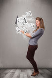 Zufälliges junge Frau holdin Notizbuch und Ablesen des Sprengstoffes neu Stockfotos