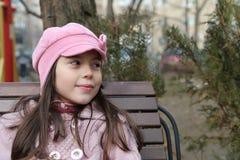 Zufälliges junges Mädchen auf Bank lizenzfreie stockfotografie