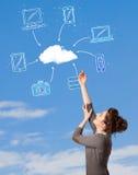 Zufälliges Mädchen, das Datenverarbeitungskonzept der Wolke auf blauem Himmel betrachtet Stockfotografie
