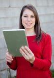 Zufälliges Mädchen mit einer Tablette Lizenzfreie Stockfotos