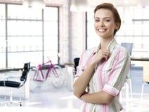 Zufälliges weibliches officeworker am Arbeitsplatz Lizenzfreie Stockfotos