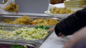 Zuführen des Lebensmittels im Refektorium stock video footage