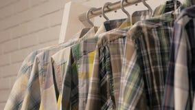 Zuf?llige Hemden im Speicher stock footage