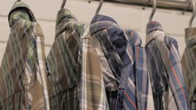 Zuf?llige Hemden im Speicher stock video