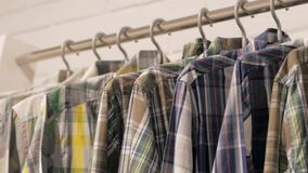 Zuf?llige Hemden im Speicher stock video footage