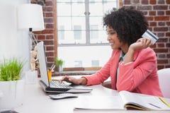 Zufällige Geschäftsfrau, die online am Schreibtisch kauft Lizenzfreies Stockfoto