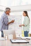 Zufällige Geschäftskollegen, die Darstellung vorbereiten Lizenzfreies Stockbild