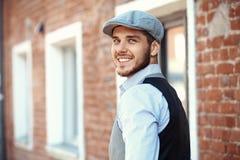 Zufälliger junger Mann steht mit seiner Rückseite gegen Lizenzfreies Stockbild