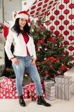 Zufälliges Frau inf-ront des Weihnachtsbaums Stockfotografie