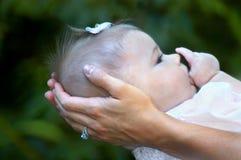 Zufrieden gestellt in den Armen der Mammas lizenzfreie stockfotografie