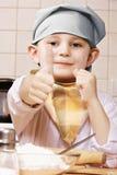Zufrieden gestellter kleiner Koch lizenzfreie stockbilder